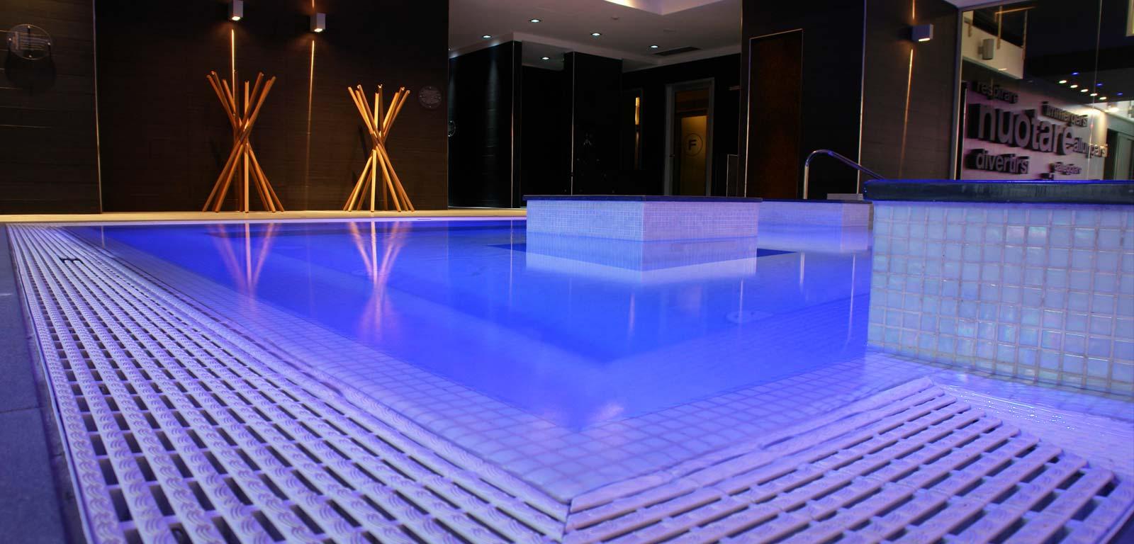 illuminazione per piscine ~ piscine castiglione - Illuminazione Doccia Con Led