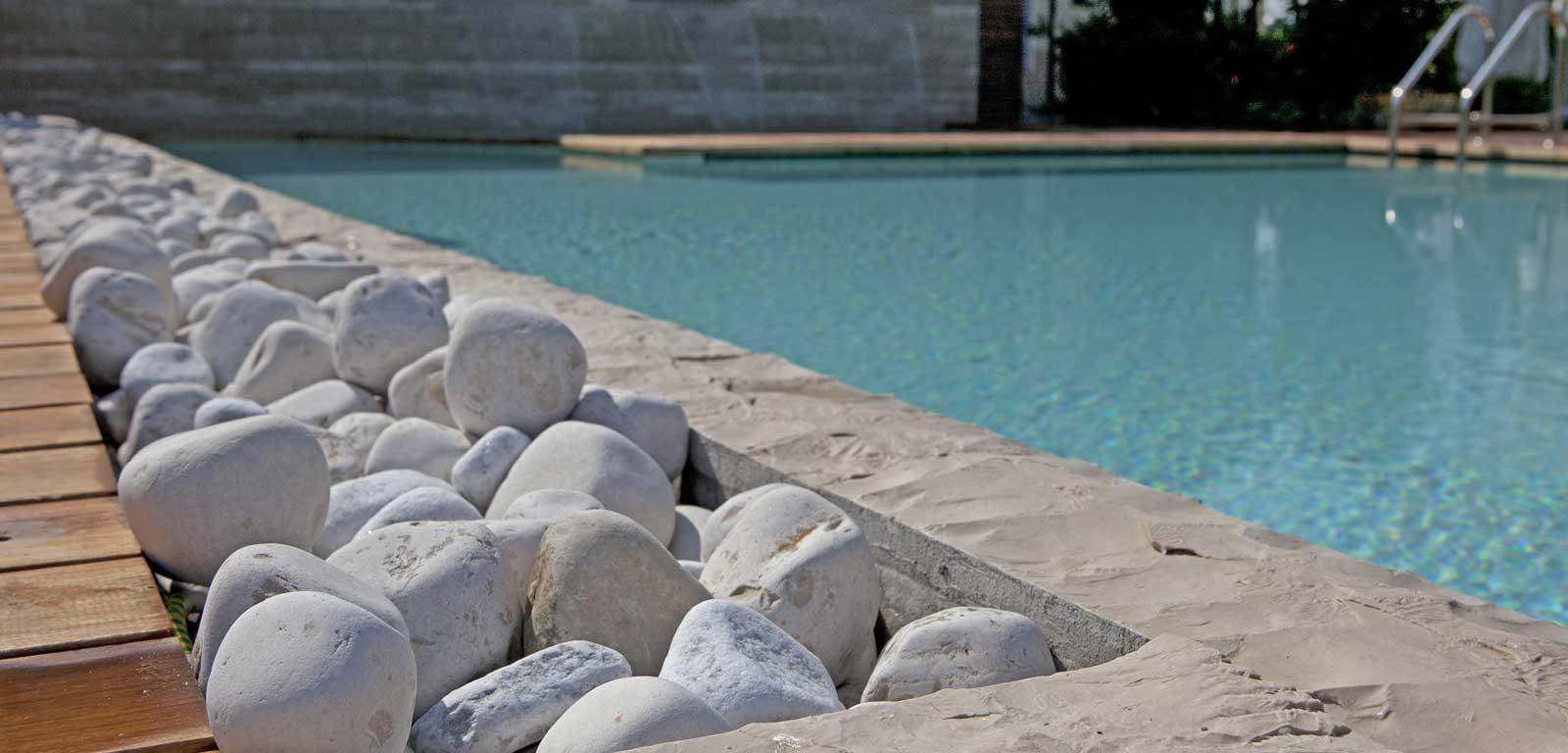 Bordo piscina con ciottoli levigati piscine castiglione for Ciottoli bianchi da giardino prezzi