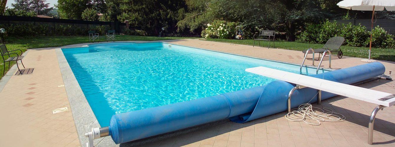 piscina con skimmer, scala romana e copertura estiva