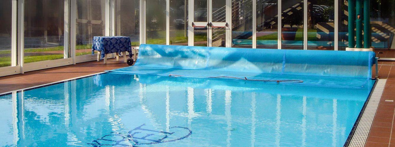 piscina a sfioro con copertura isotermica estiva