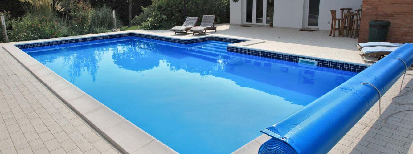 piscina con skimmer, scala recessa e copertura isotermica estiva