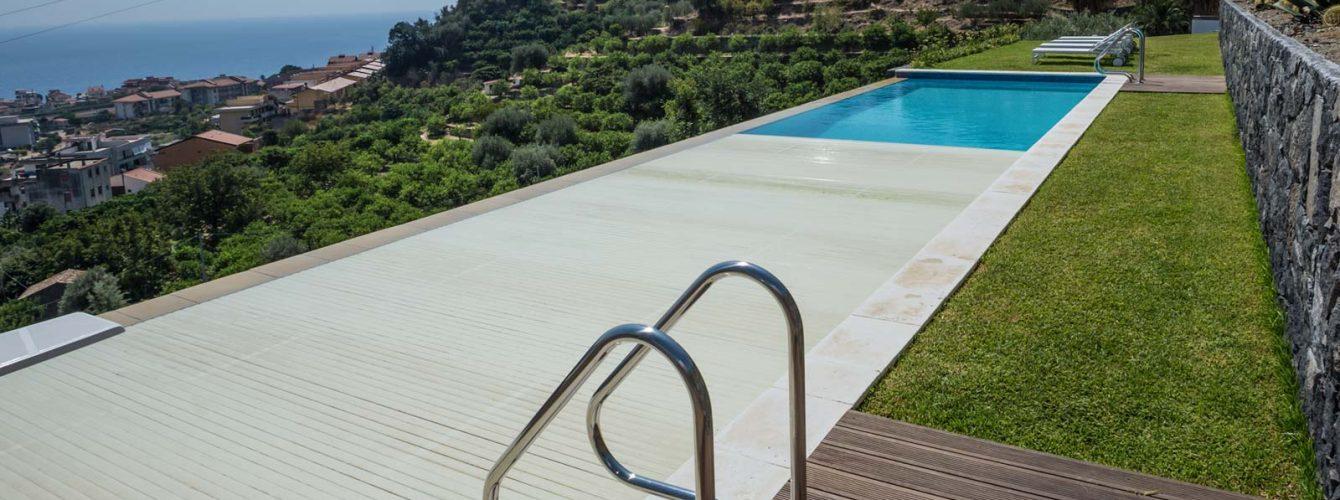 piscina con copertura a tapparella