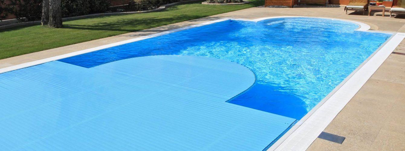 piscina rettangolare con scala romana e copertura a tapparella
