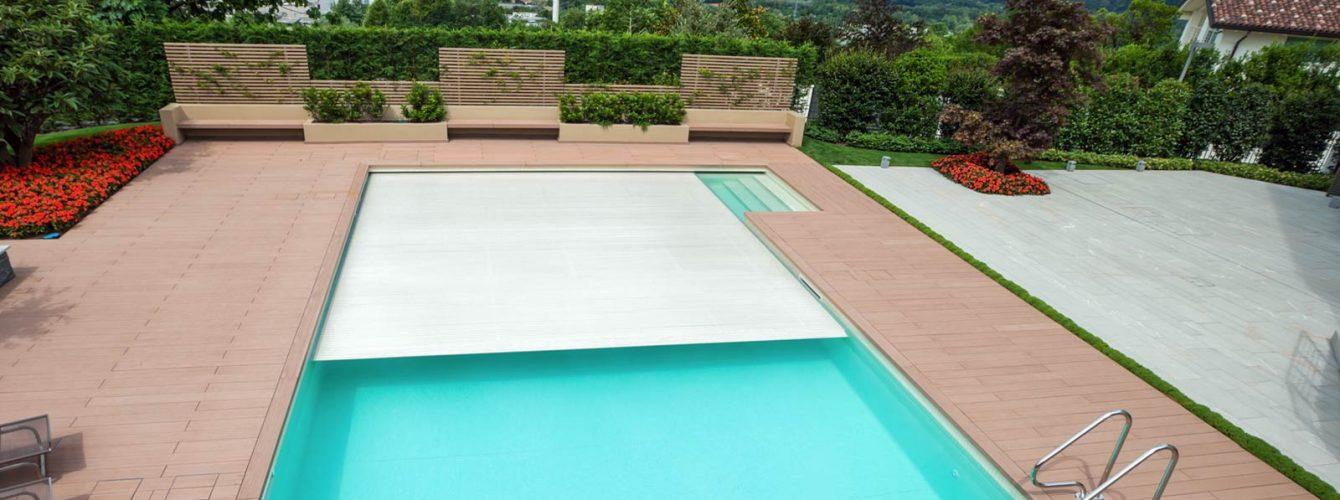 piscina con skimmer, scala recessa, copertura a tapparellla