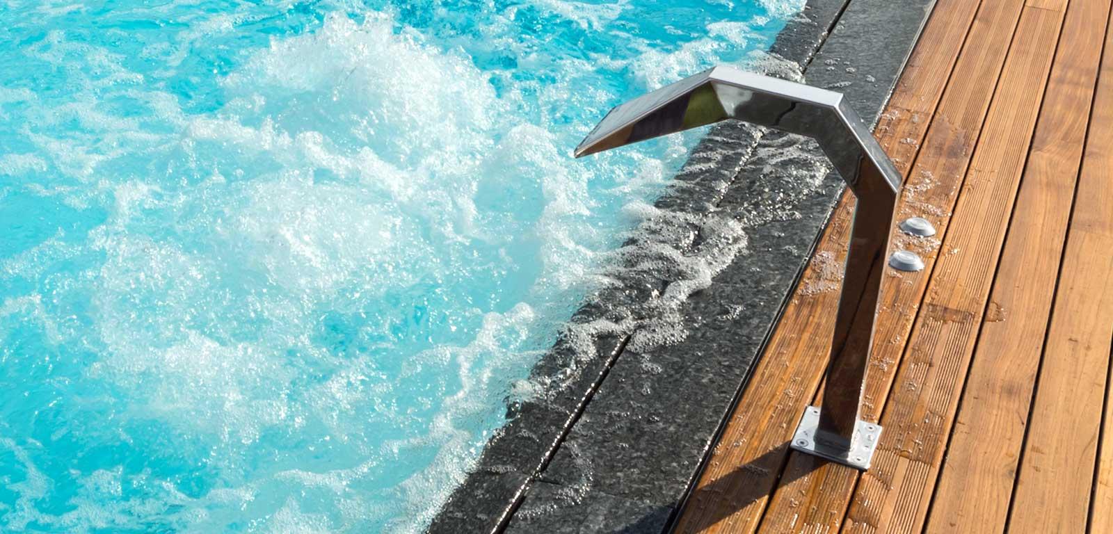 fontana installata a bordo piscina