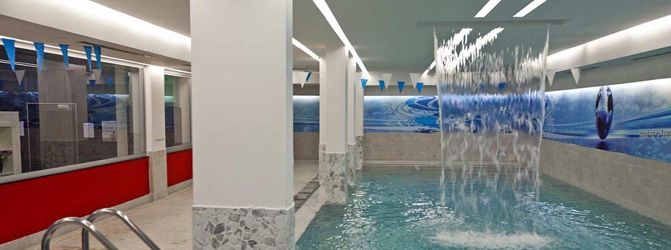 fontana in piscina interna con effetto cascata dall'alto