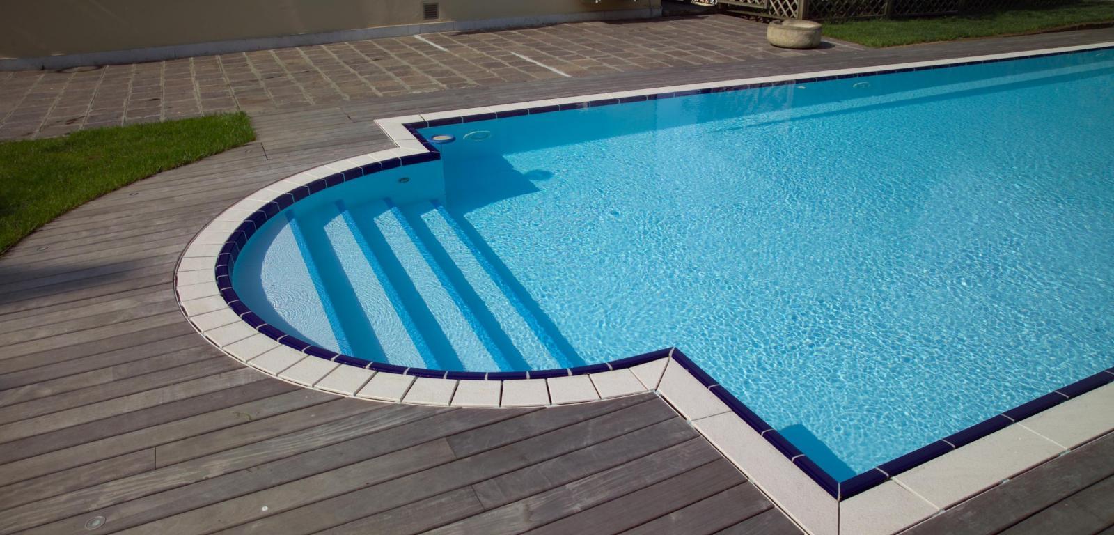 Finitura per piscina con griglia in pietra piscine for Castiglione piscine