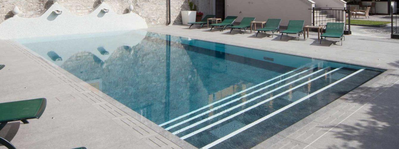 piscina per l'hotel Royal a Varenna, con fondo grigio