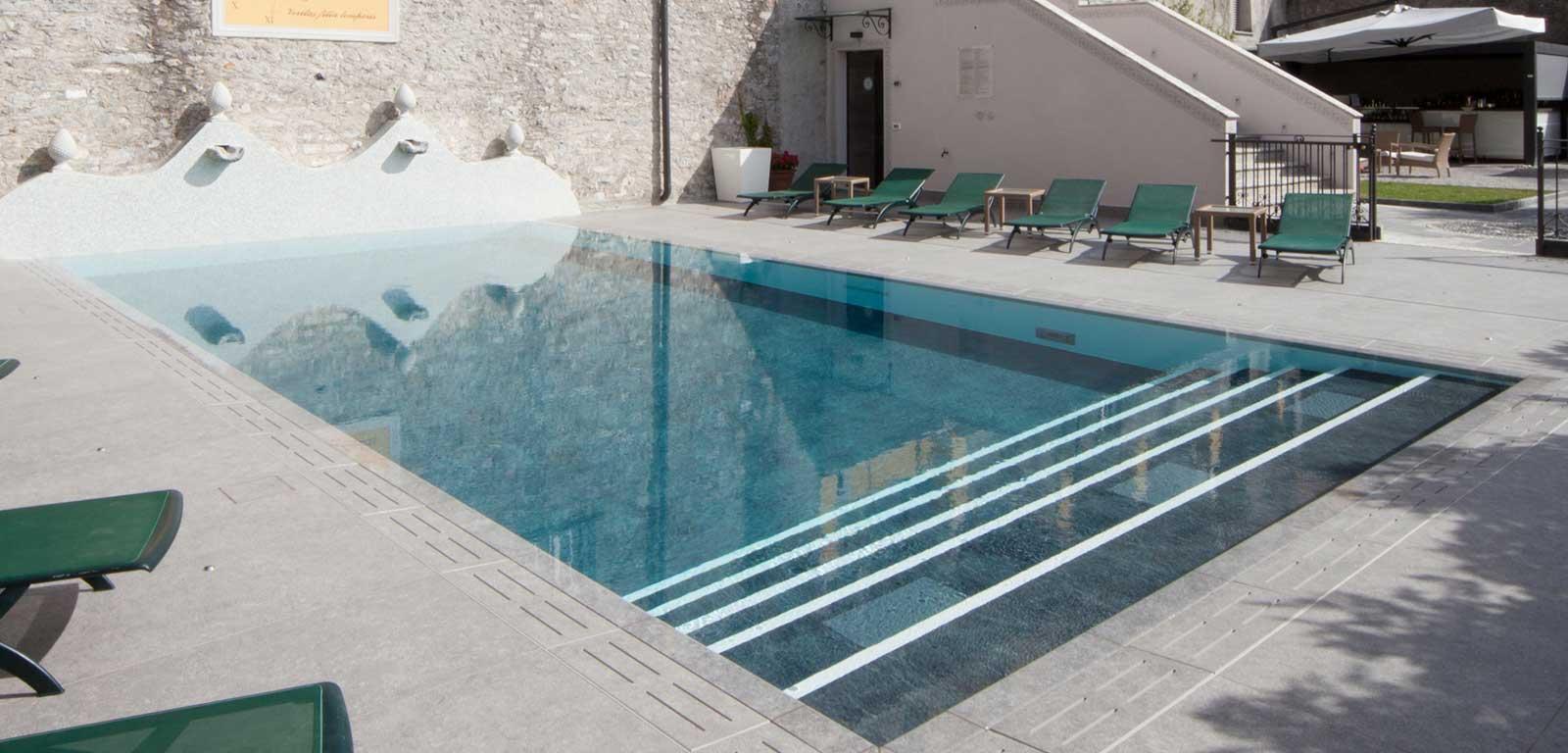 Piscine con rivestimento grigio piscine castiglione - Rivestimento piastrelle per piscine ...