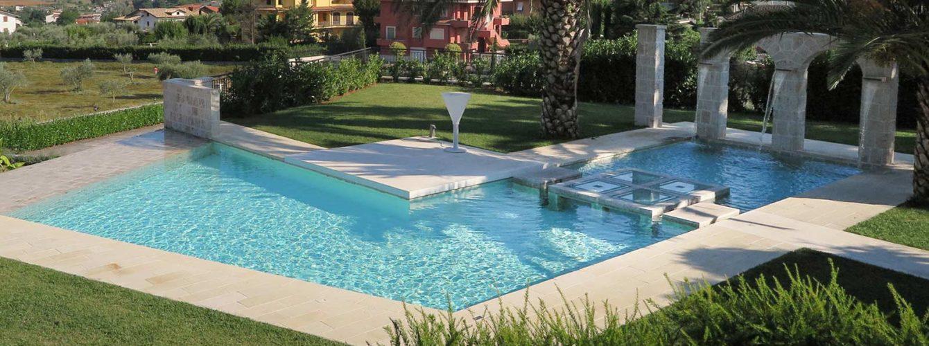 piscina per hotel, color sabbia e finiture in travertino