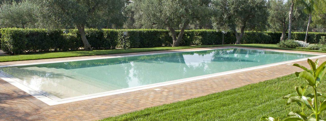 piscina rettangolare color sabbia con gradoni d'ingresso