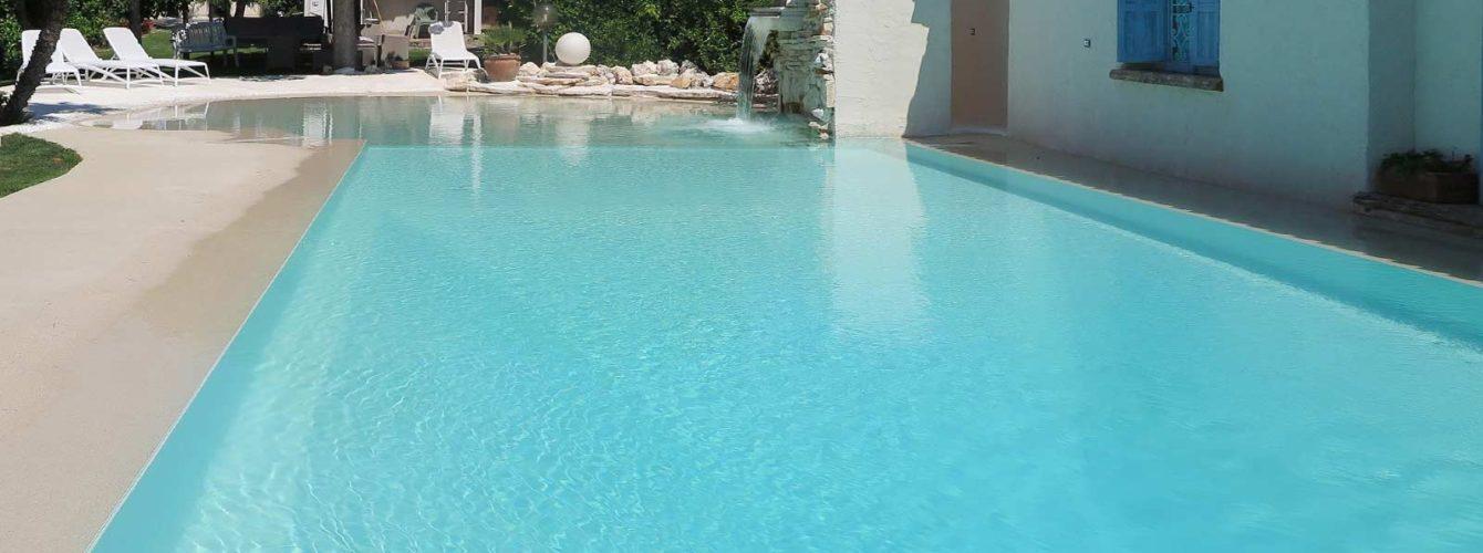 piscina ristrutturata con area spiaggia e cascata