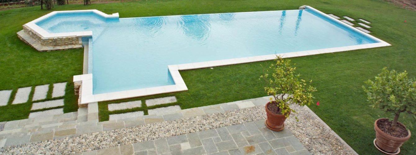 piscina azzurra con idromassaggio, scala e cascata