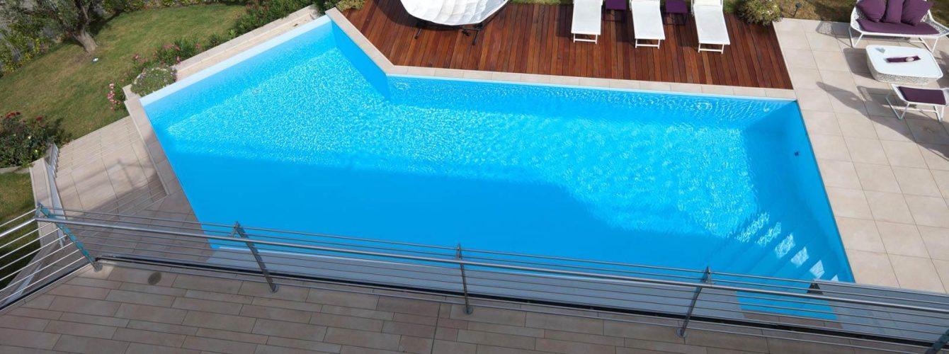 piscina azzurra con cascata, zona idromassaggio e geyser