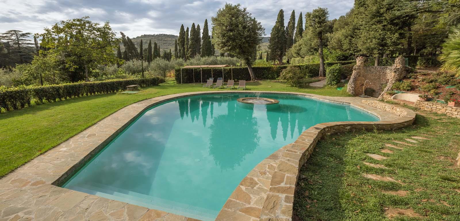 Piscine con rivestimento grigio piscine castiglione - Fontana per piscina ...