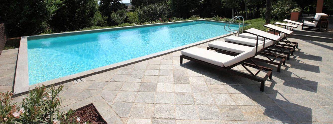 piscina elegante rettangolare, telo sabbia e scaletta