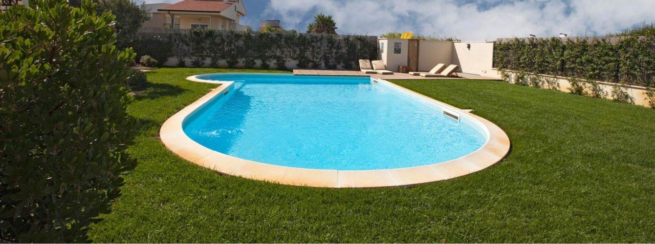 piscina skimmer azzurra a forma libera