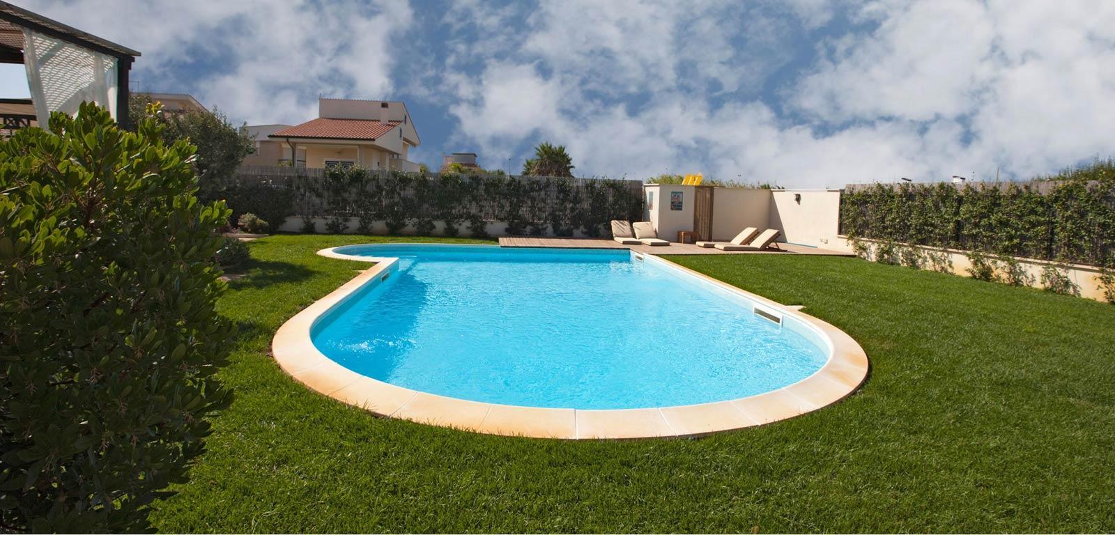 Piscine con telo azzurro piscine castiglione for Clorazione piscine