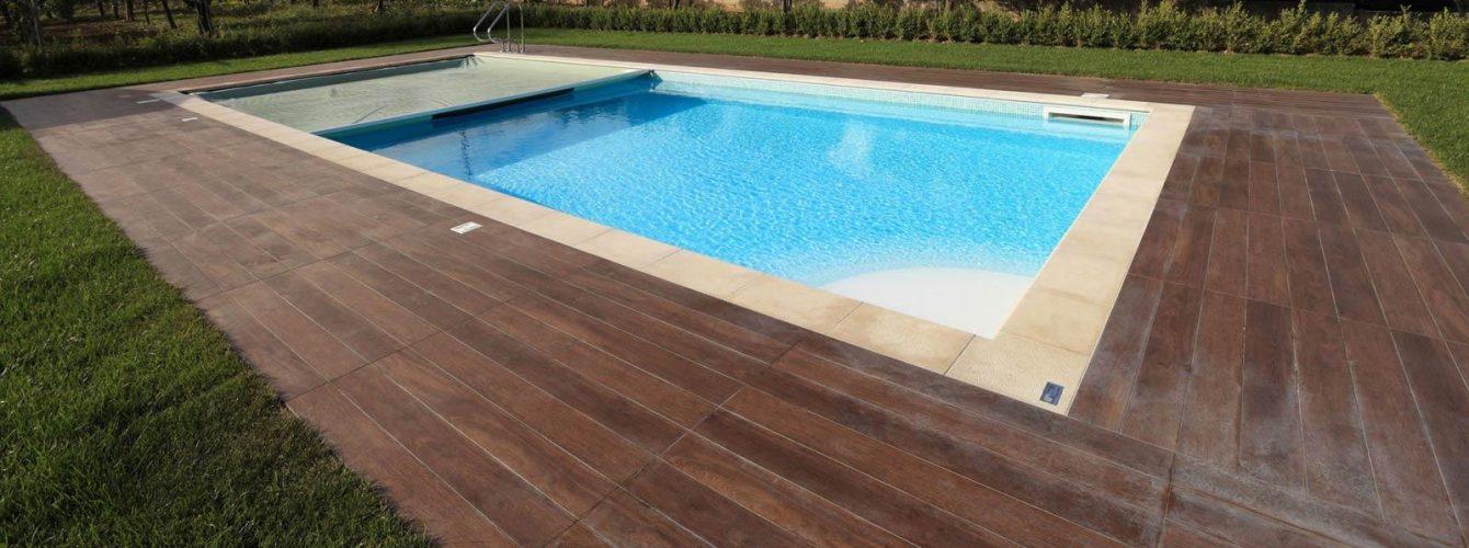 piscina skimmer con scalinata, telo bianco e copertura