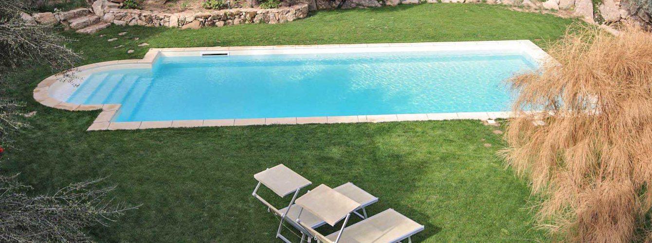 piscina skimmer color sabbia e scala romana