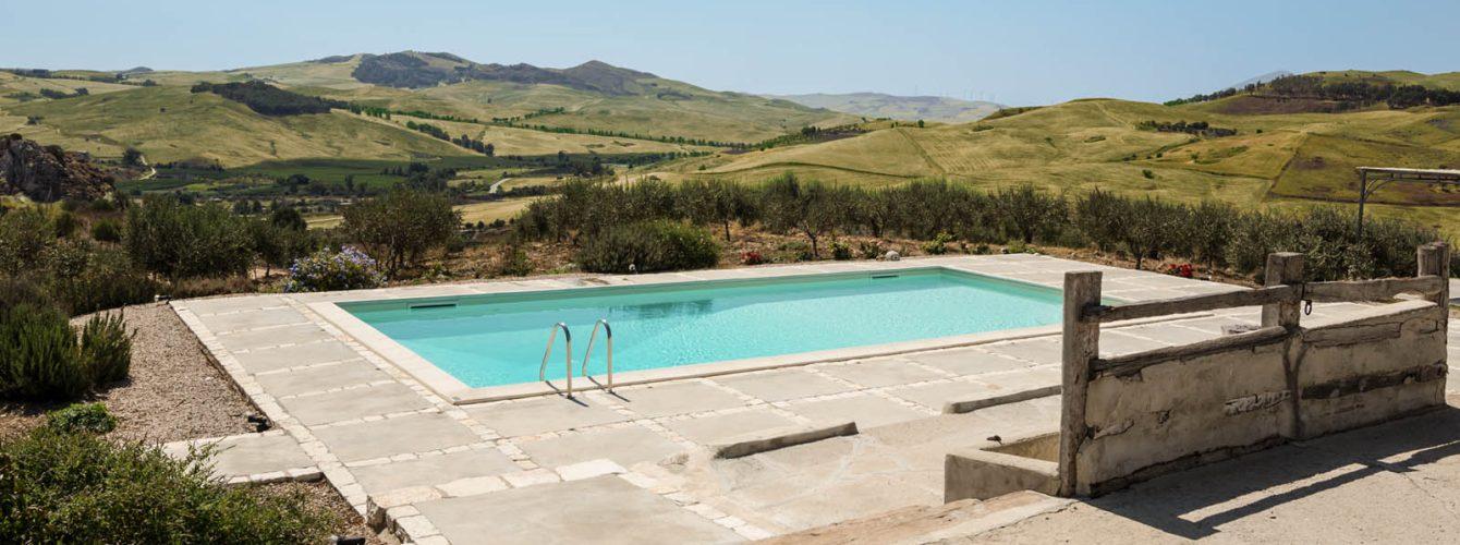piscina skimmer rettangolare con telo sabbia, scala ad angolo e scaletta