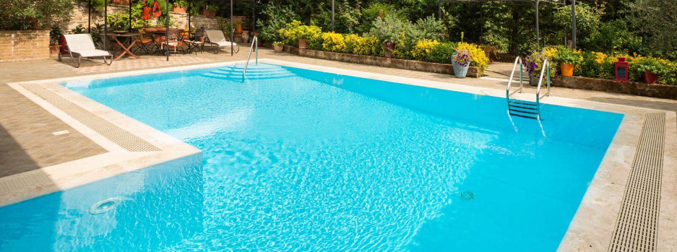 piscina azzurra rettangolare con appendice e scale