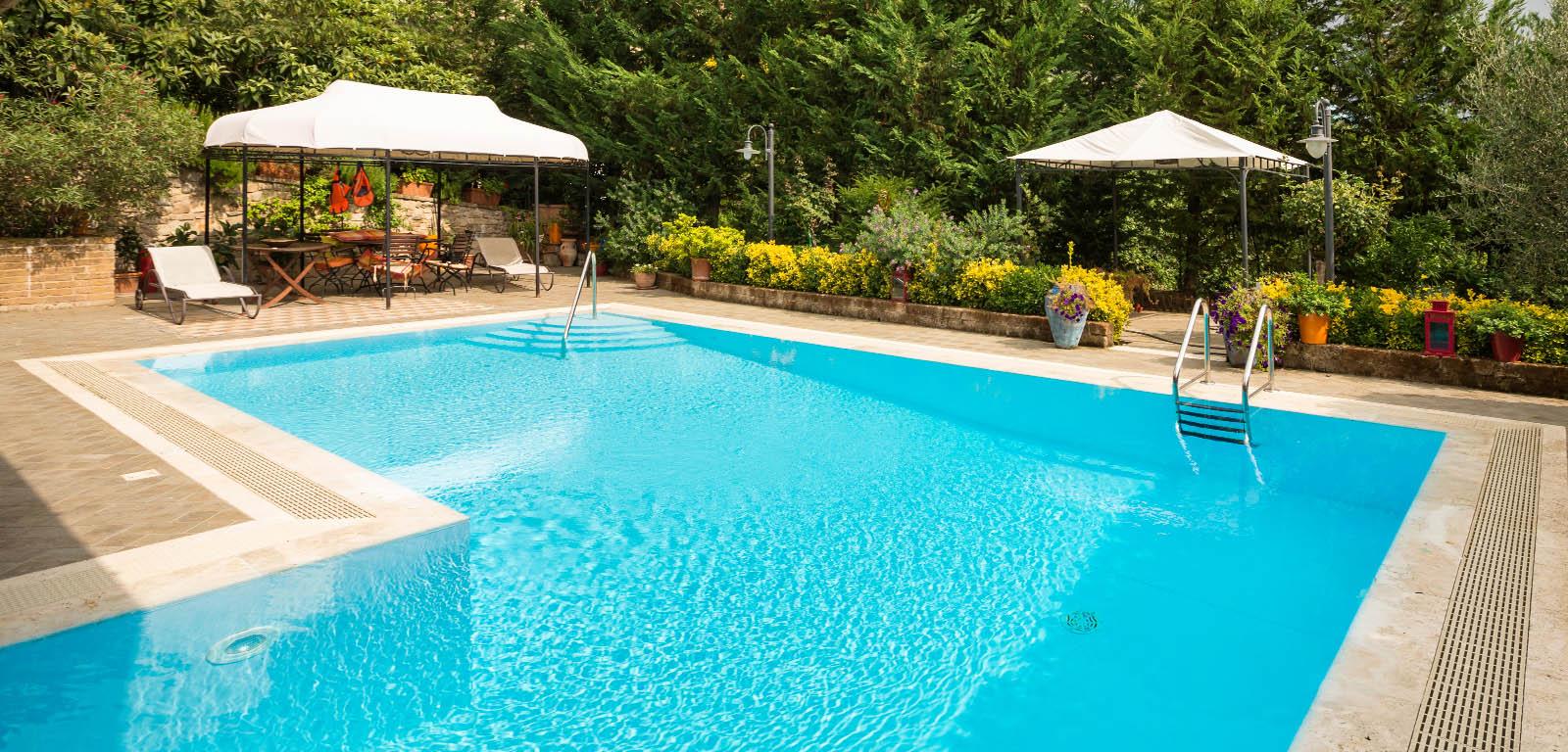 Piscine a sfioro eleganza senza bordo piscine castiglione for Piscine da giardino