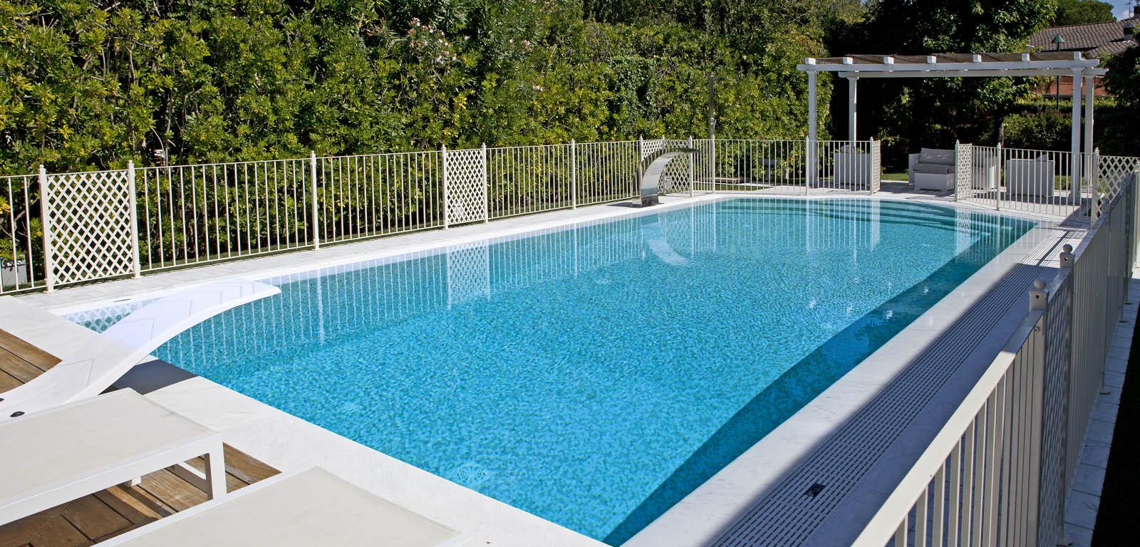 Piscine con rivestimento azzurro piscine castiglione - Foto di piscine interrate ...