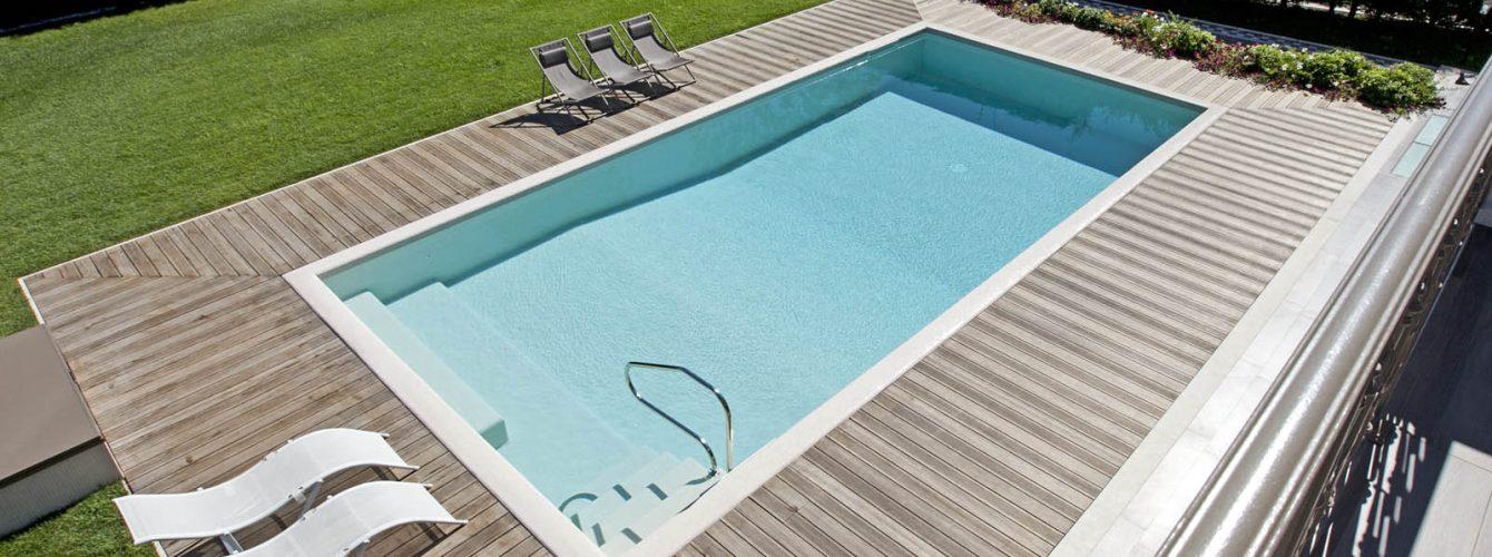 piscina skimmer in mosaico con scala, esterno piscina in legno