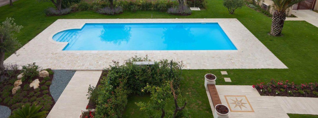 piscina azzurra rettangolare con scala