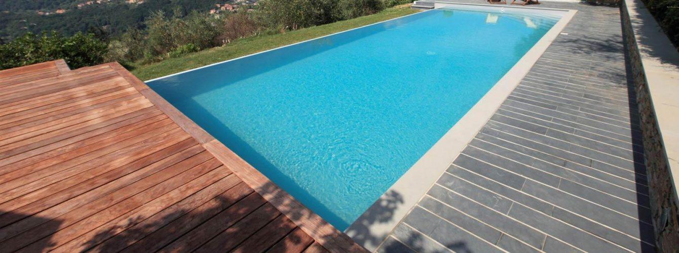 piscina con cascata, scala, telo grigio e nuoto contro corrente