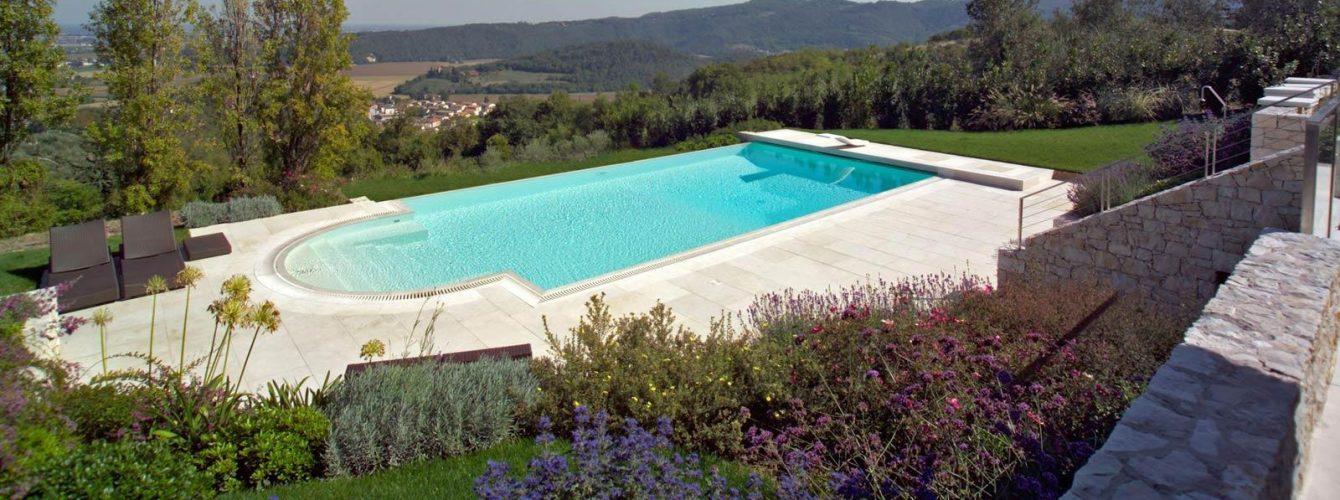 piscina con cascata e scala
