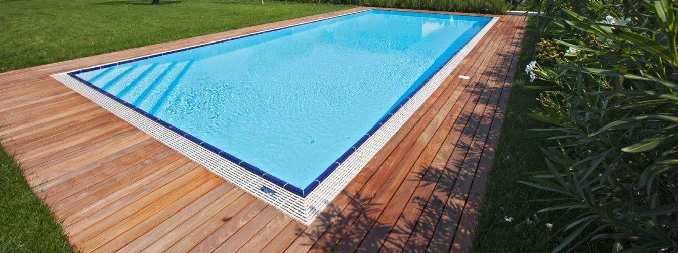 piscina rettangolare con scala ad angolo e bordo sfioro