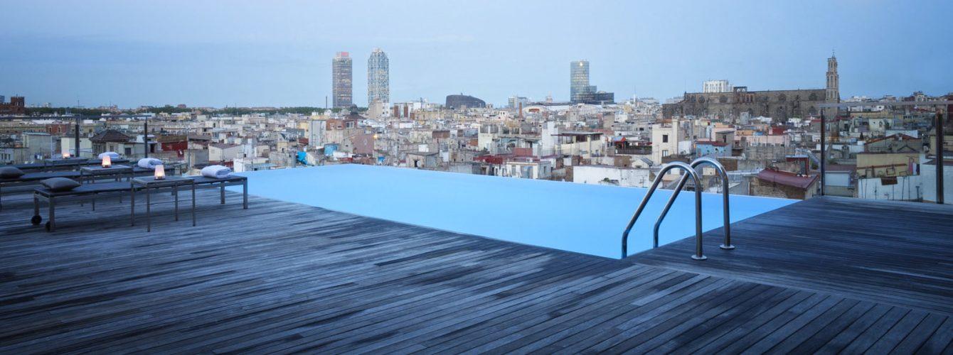 piscina rettangolare su terrazzo con scaletta, rivestimento esterno piscina in legno