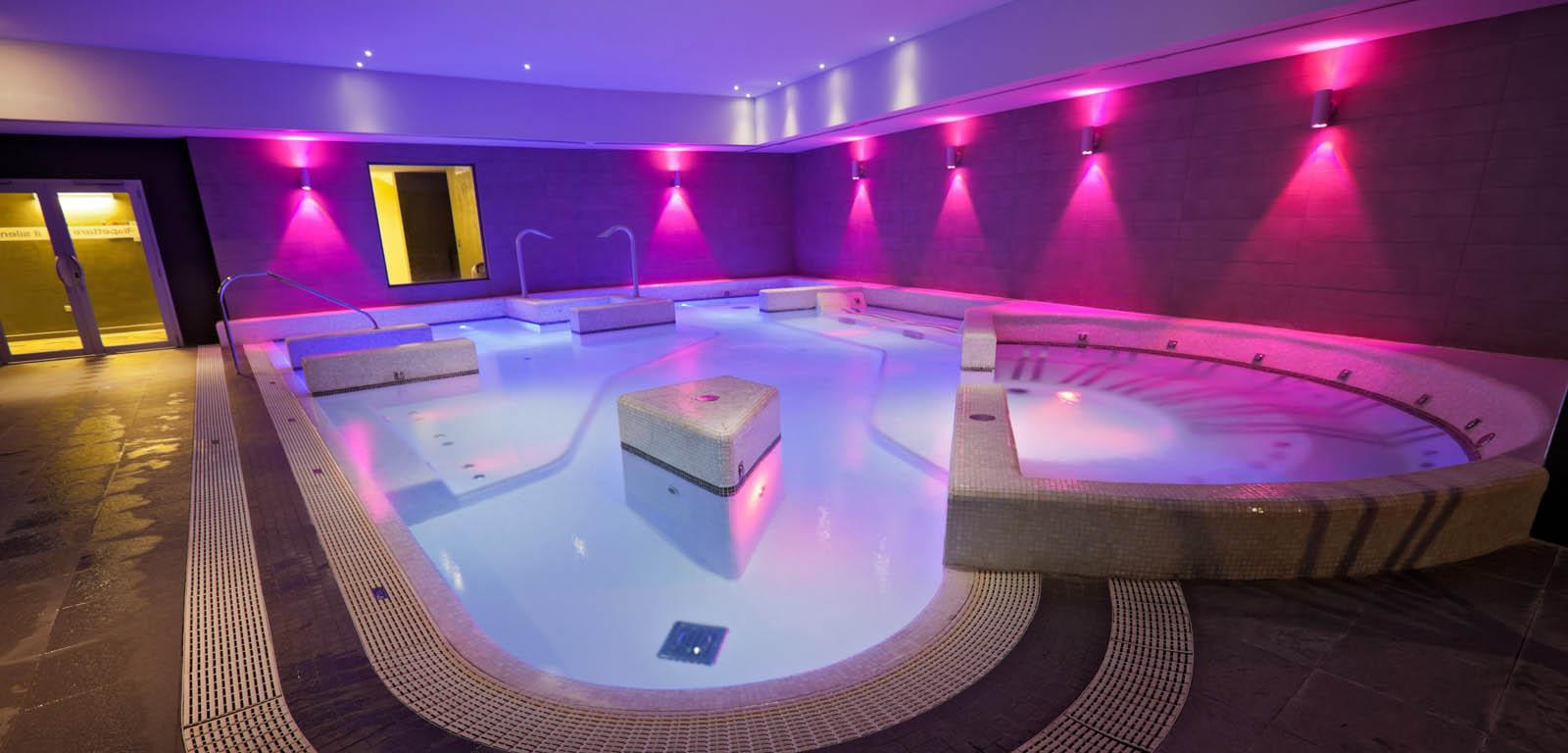 Piscine da interno sport e relax piscine castiglione - Luci per piscina ...