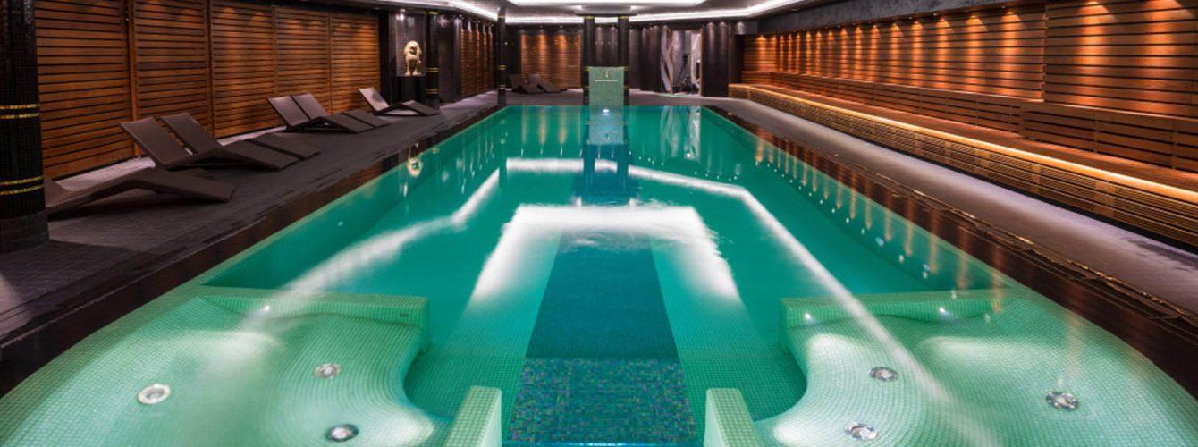 piscina rettangolare con cascata, nuoto controcorrente, idromassaggio e mosaico