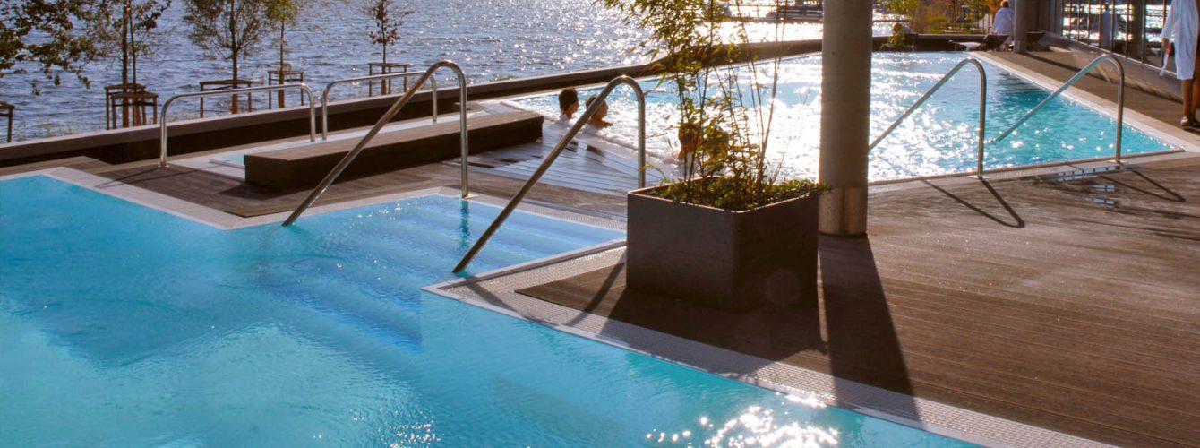 piscine telo sabbia a diversi livelli, con idromassaggio e scale, finitura esterna in legno
