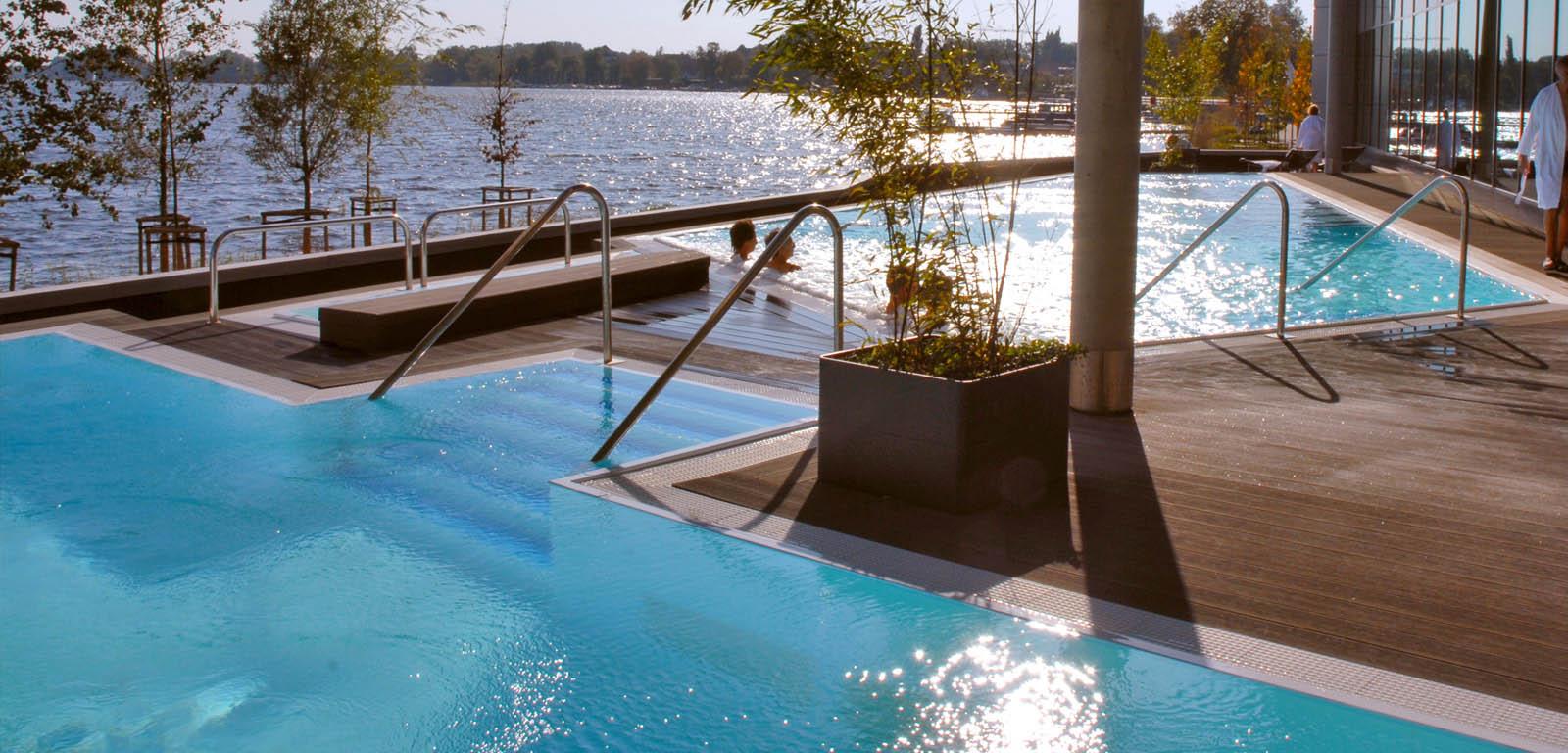 Piscine su terrazzo piscine castiglione for Piani del cortile con piscine
