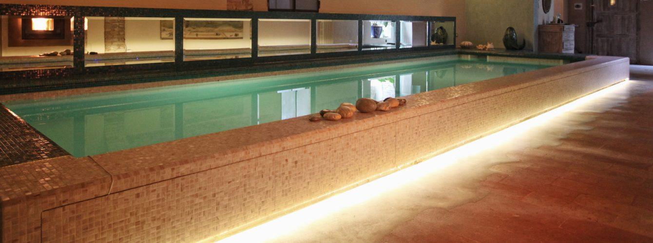piscina rettangolare seminterrata, skimmer con pvc bianco, mosaico, scala e luci