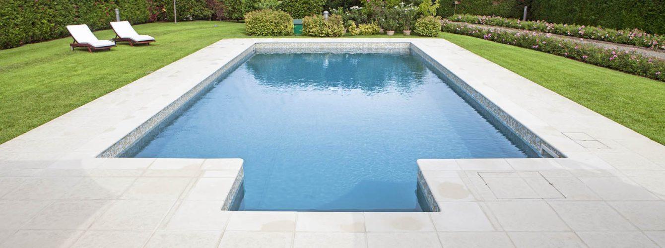 piscina rettangolare con scala di ingresso, fondo scuro e mosaico