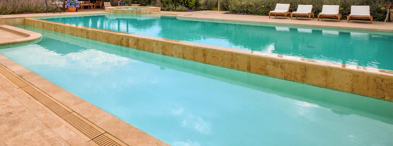 piscina a livelli diversi e pvc color sabbia