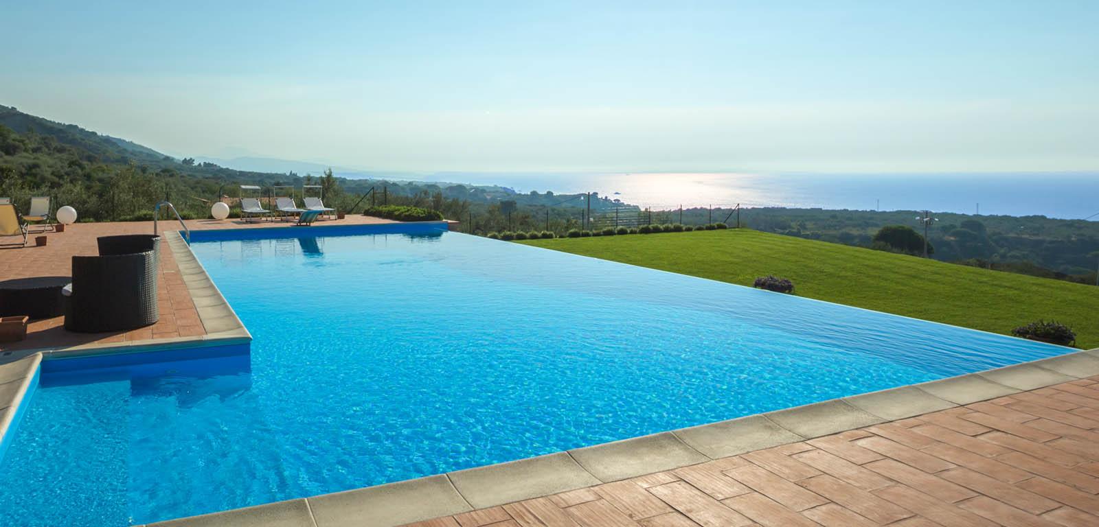 Piscine con cascata piscine castiglione for Castiglione piscine