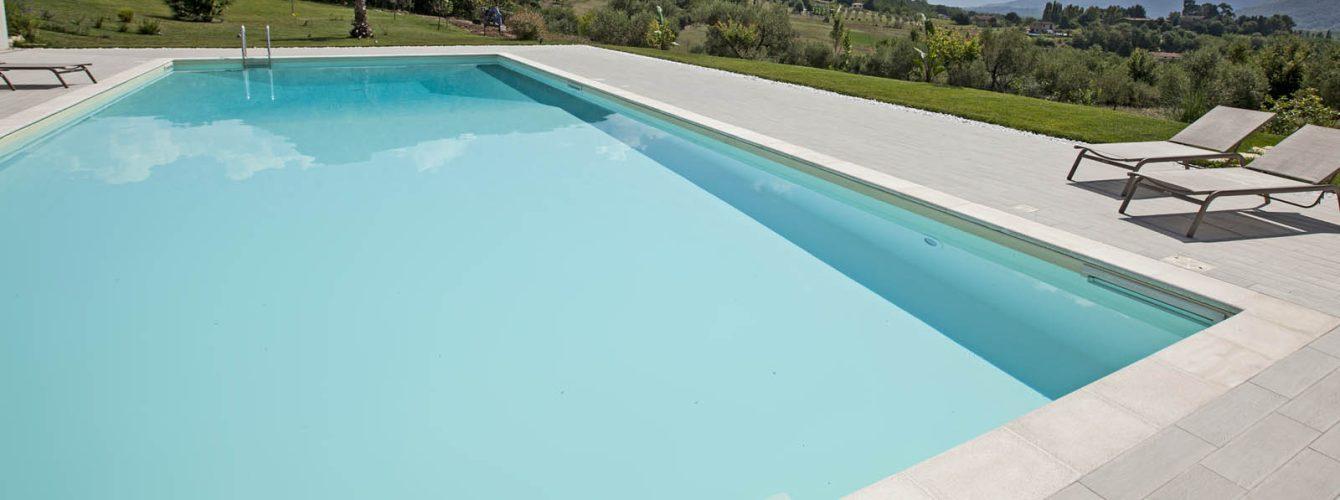piscina rettangolare ampia con skimmer sfioratori color sabbia