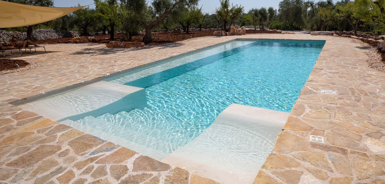 Piscine con rivestimento bianco piscine castiglione for Piastrelle per interno piscina