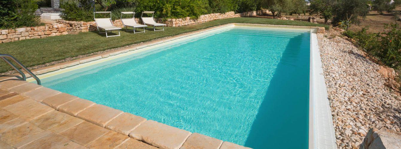 piscina a skimmer e lato cascata, color sabbia con scalinata