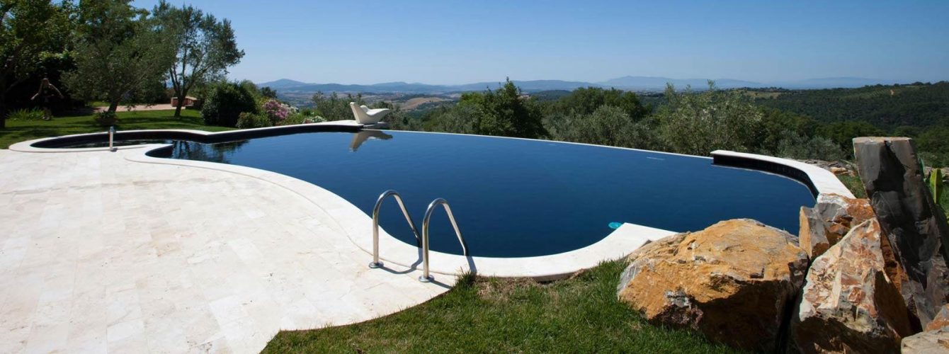 piscina nera a forma libera con cascata, scala