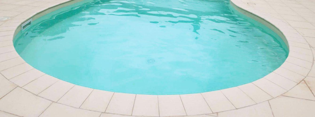 piscina skimmer forma libera con idromassaggio e telo sabbia