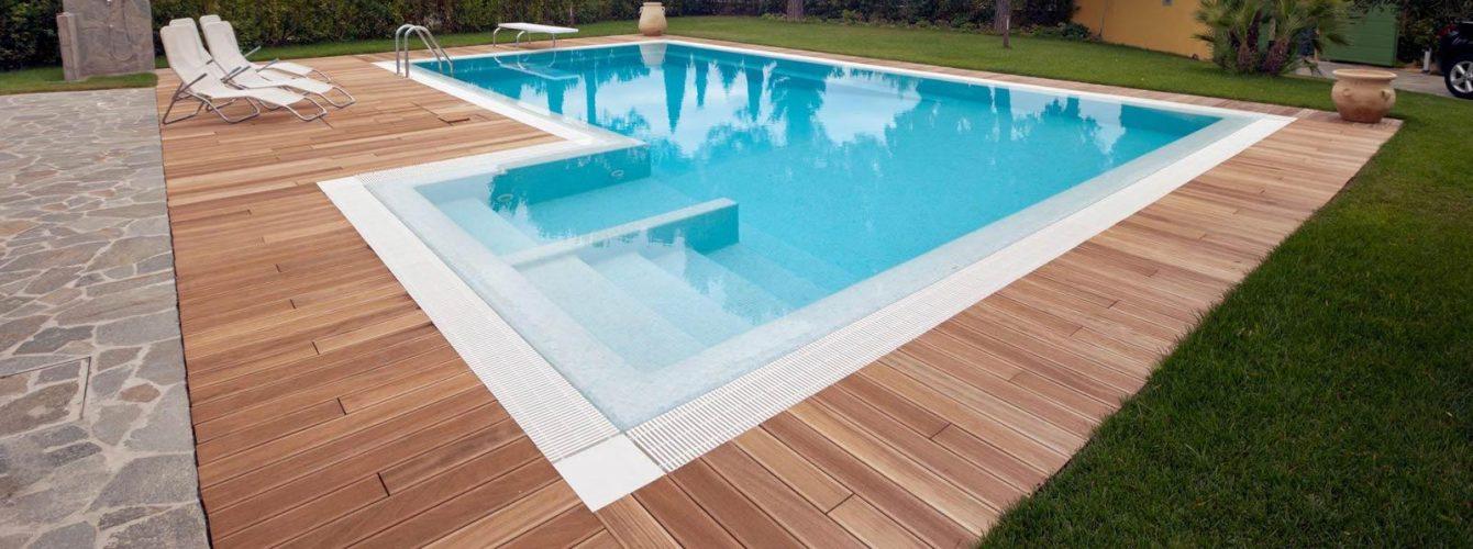 piscina azzurra con idromassaggio, scale luci e mosaico, pavimentazione in legno