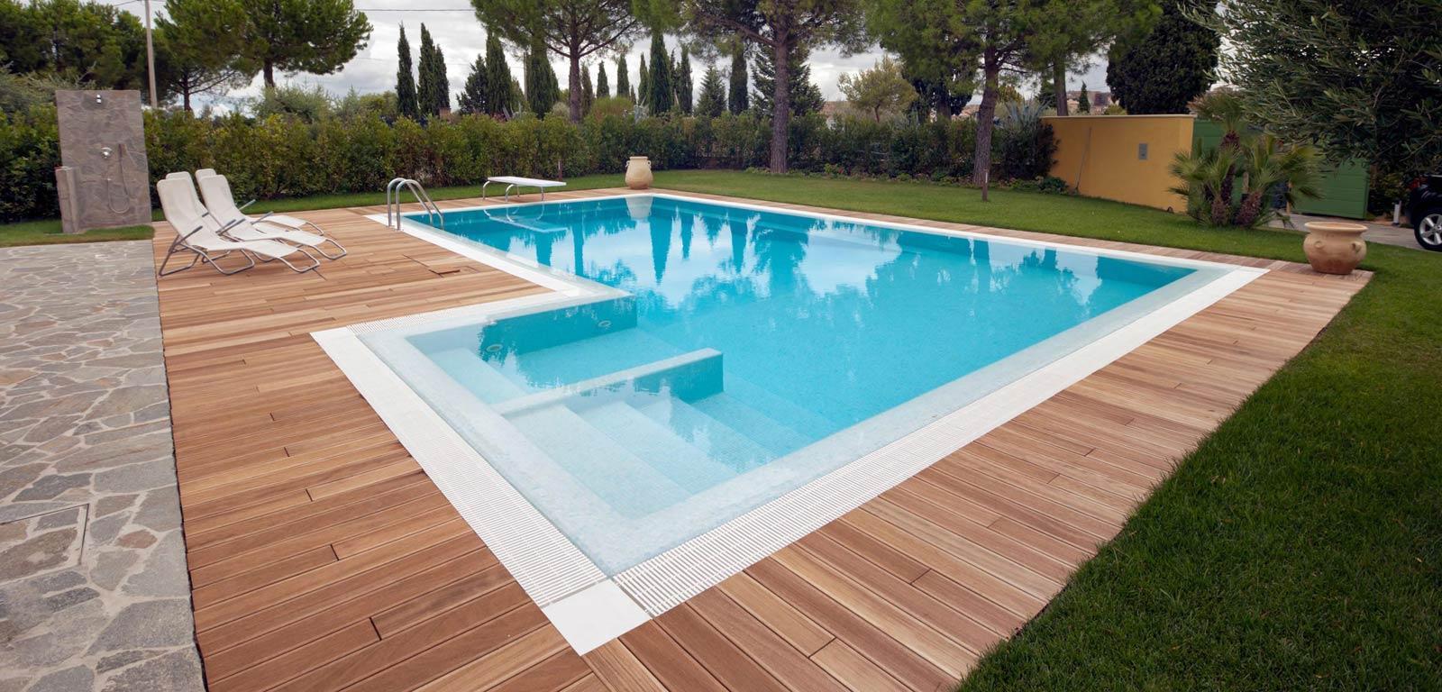 Piscine con sfioro piscine castiglione for Piscine esterne rettangolari