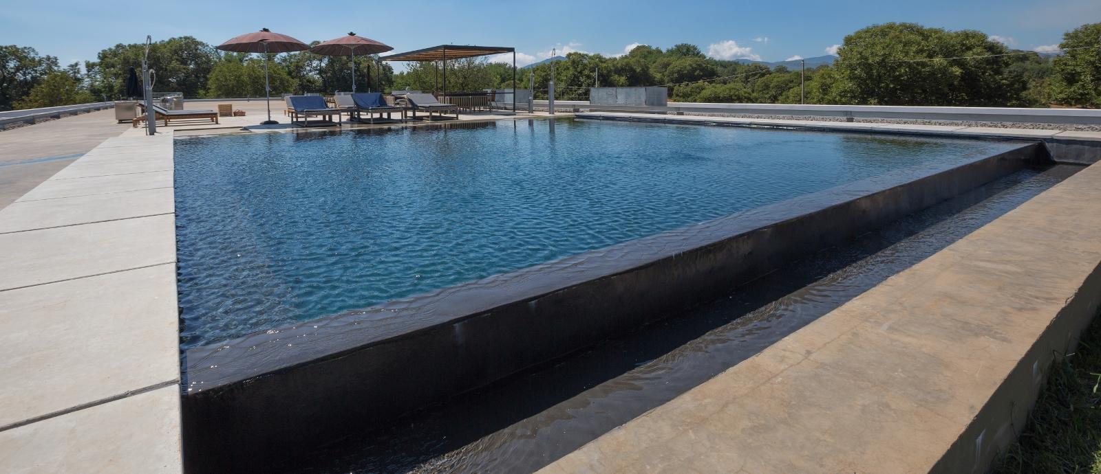 Piscine con cascata piscine castiglione for Piscina fondo nero